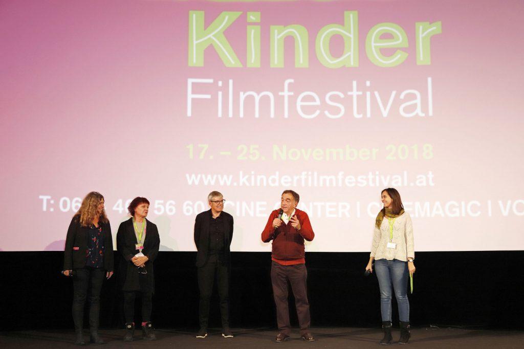 Moderatorin Nina Eisterer stellt die Festivalleitung vor