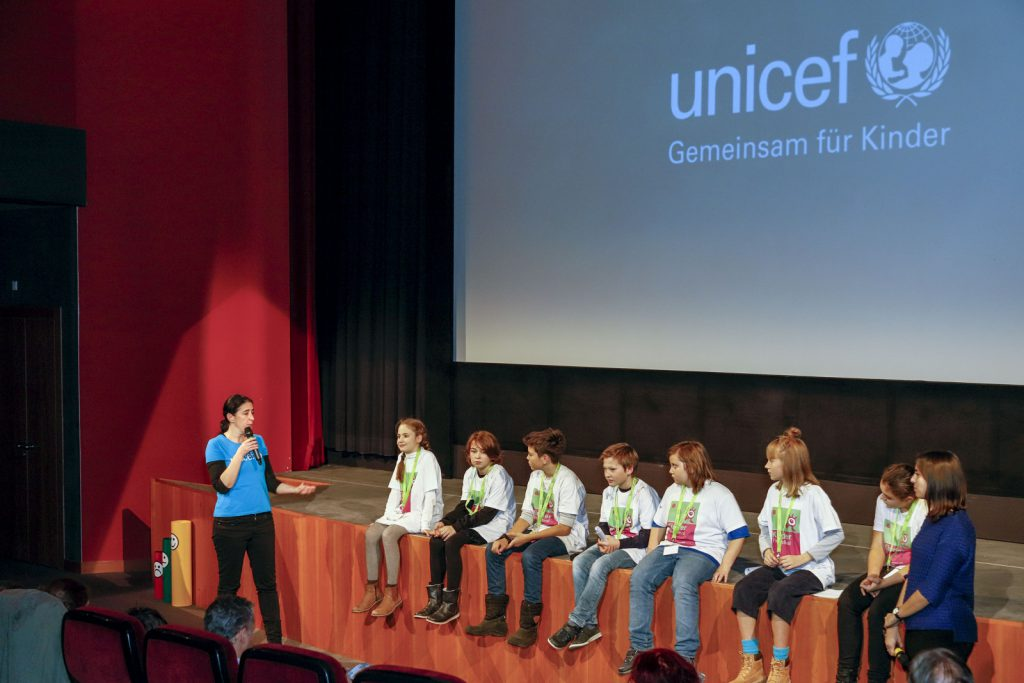 Die Kinderjury verkündet den UNICEF-Preis in Anwesenheit von Martina Podeprel von UNICEF Österreich